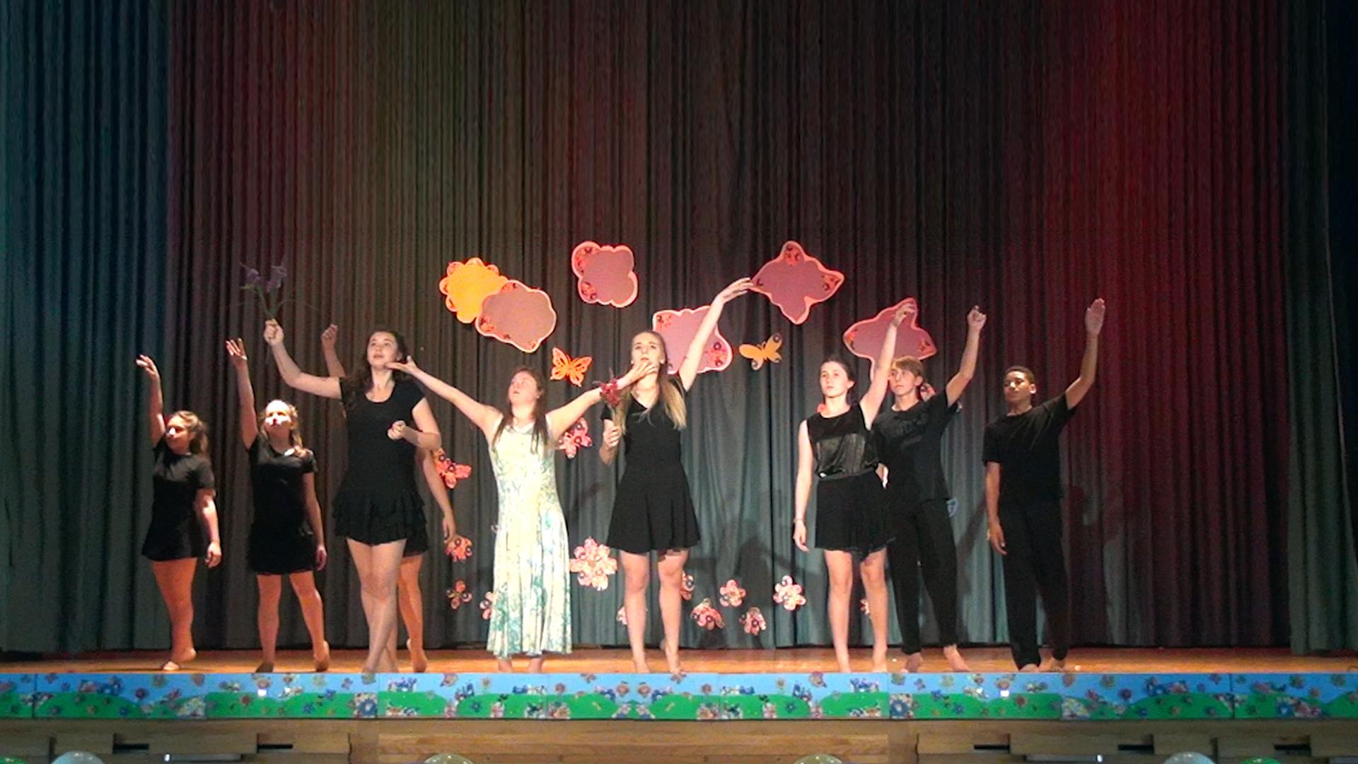 Танец, который поразил зрителей на выпускном концерте в школе Свв.Кирилла и Мефодия, г.Оттава